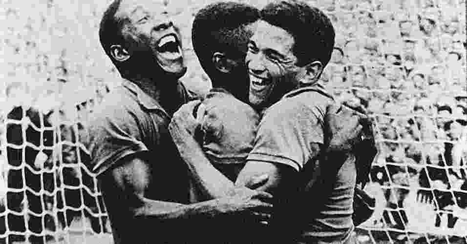 Djalma Santos, Pelé e Garrincha comemoram gol contra a Suécia na final da Copa de 1958 - Reprodução