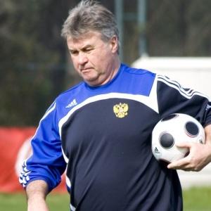 Guus Hiddink durante treino da seleção da Rússia