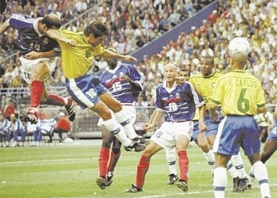 Zidane cabeceia para marcar na final da Copa do Mundo-1998