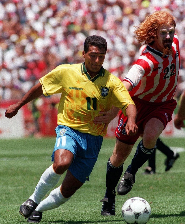 Zagueiro norte-americano Alexi Lalas marca o atacante Romário, do Brasil, nas oitavas-de-final da Copa do Mundo de 1994, nos Estados Unidos