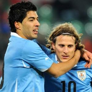 Forlán (d) e Suárez deixaram sua marca na vitória por 3 a 1 dos uruguaios sobre a Suíça