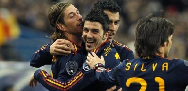 Jogadores da Espanha comemoram gol em amistoso contra a França, em Paris