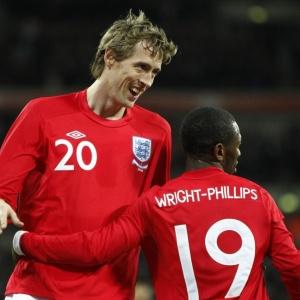 Peter Crouch e Shaun Wright-Phillips comemoram gol na vitória da Inglaterra em amistoso com o Egito