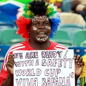 Torcedor exibe faixa dizendo que acredita que a África do Sul esteja pronta para o Mundial