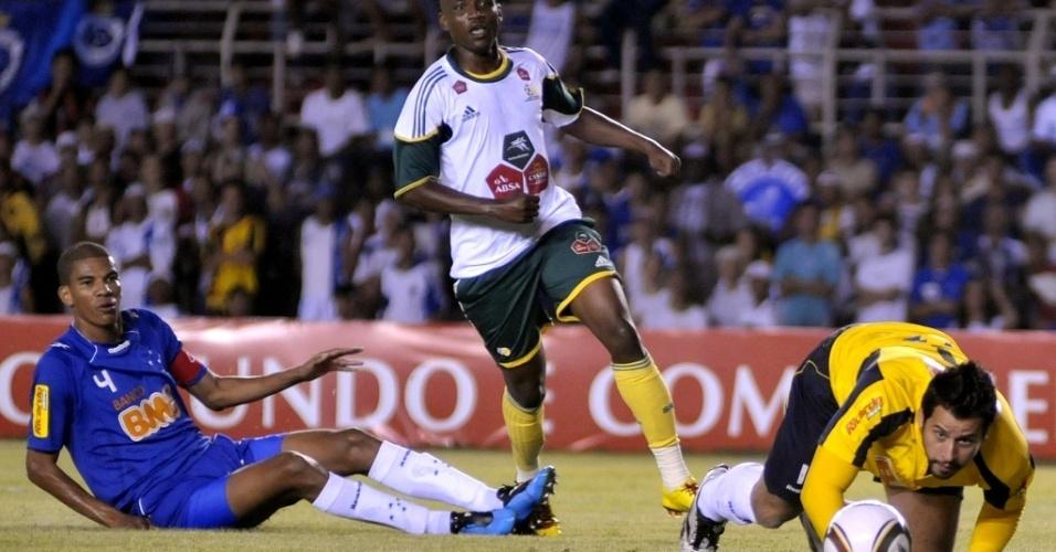 Fábio, do Cruzeiro, acompanha a bola no amistoso contra África do Sul