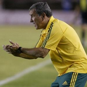 Parreira orienta a seleção da África do Sul no empate sem gols com o Cruzeiro no Mineirão