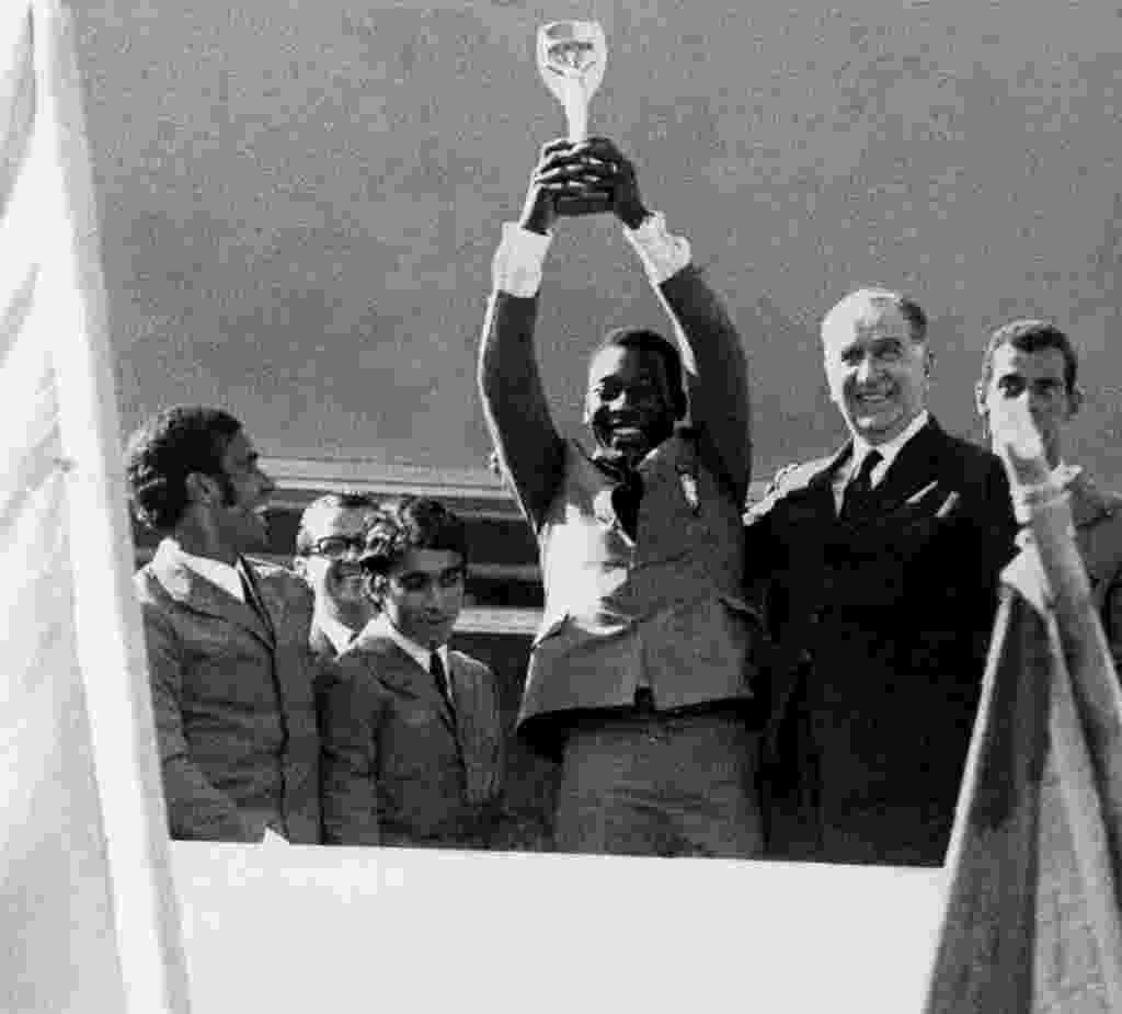 Pelé ergue a taça Jules Rimet ao lado do General Emilio Garrastazu Medici após vencer a Copa do Mundo de 1970 - Ricardo Stuckert/Folha Imagem