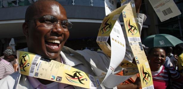 Sul-africano comemora a compra de ingressos para a Copa do Mundo de 2010