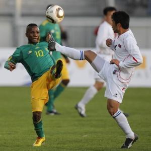 Teko Modise (e), da África, disputa a bola com o norte-coreano Ri Chol-myong no empate em 0 a 0