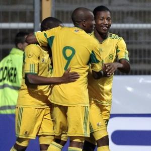 Jogadores sul-africanos comemoram gol marcado