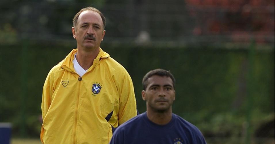 Luiz Felipe Scolari observa Romário durante treino da seleção brasileira, na Granja Comary