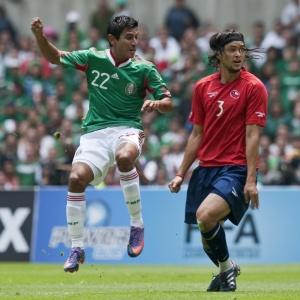 Alberto Medina (e) chuta à frente de Waldo Ponce para marcar o único gol do México na partida