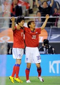 Lee Seung-Ryol (d) comemora seu gol com Lee Chung-Yong