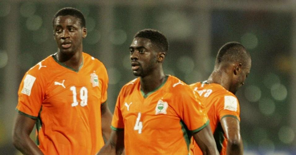 Os irmãos Kolo (#4) e Yaya Touré durante partida da Costa do Marfim