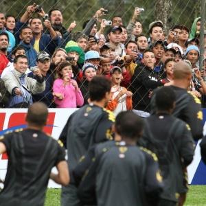Torcida acompanha 1º treino da seleção brasileira em Curitiba após técnico Dunga ceder à pressão
