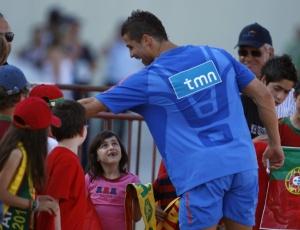 Cristiano Ronaldo dá autógrafos após treino da seleção de Portugal realizado no domingo