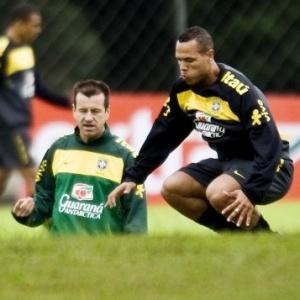 Dunga orienta Luís Fabiano durante treinamento desta segunda-feira no campo do CT do Caju