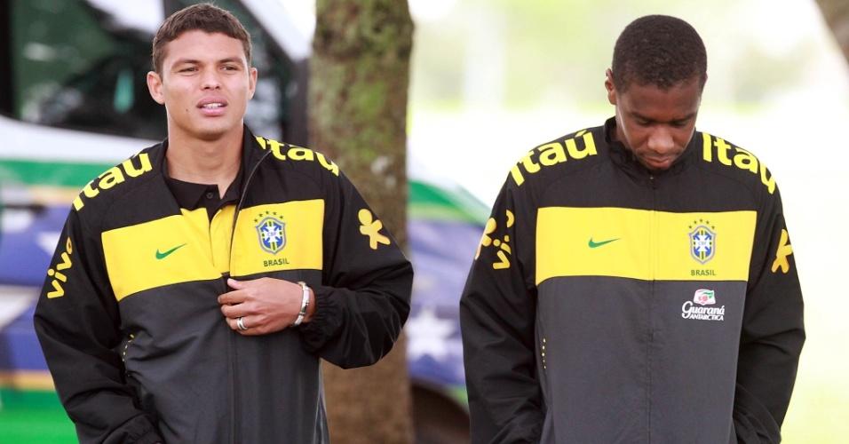 Thiago Silva e Juan caminham na concentração da seleção brasileira em Curitiba