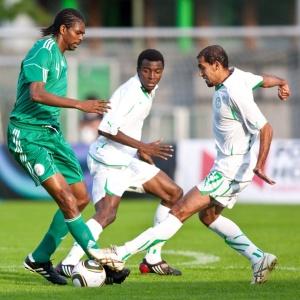 O nigeriano Nwankwo Kanu disputa a bola com os sauditas Abdul e Ammed no empate de 0 a 0