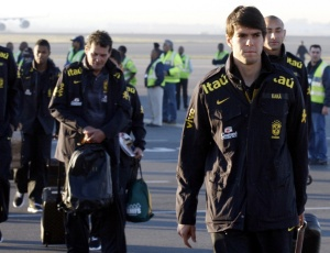 Kaká (à direita) seria um dos atingidos pela lei proposta na Câmara, que reduz espaço na seleção
