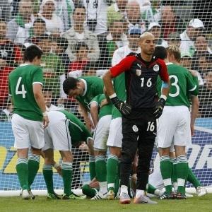 Goleiro argelino Chaouchi se lamenta após sofrer gol da Irlanda, que venceu amistoso por 3 a 0