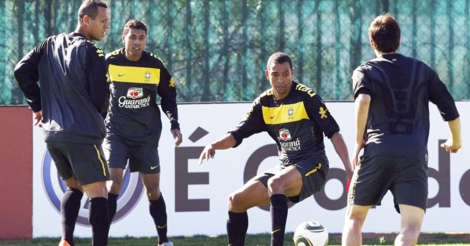 Luis Fabiano, Kleberson e Gilberto Silva participam de bobinho em treino da seleção brasileira
