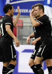 Jogadores da Nova Zelândia comemoram o gol da vitória