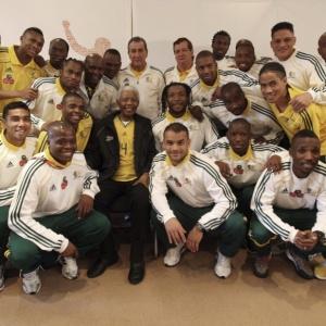 Ex-presidente sul-africano Nelson Mandela posa com os jogadores da seleção anfitriã da Copa