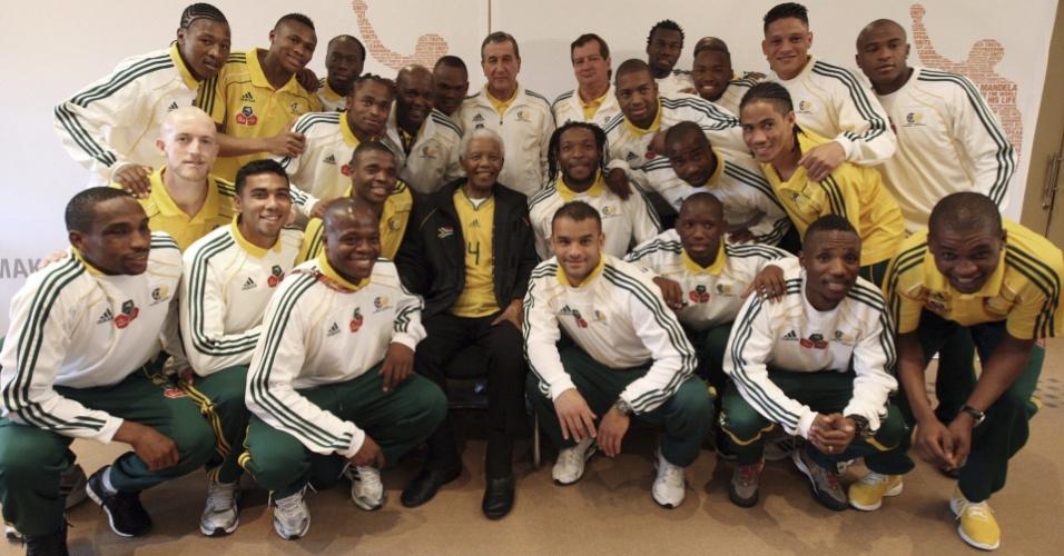 Ex-presidente sul-africano Nelson Mandela posa com os jogadores da seleção anfitriã da Copa do Mundo