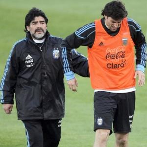 Maradona acompanha Diego Milito, que sofreu leve entorse no tornozelo direito em treino da Argentina