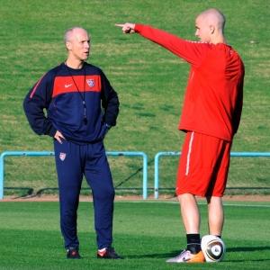 O técnico Bob Bradley (dir.) também convocou seu filho Michael Bradley contra o Brasil