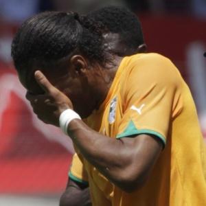 Drogba deixa campo aparentando fortes dores no braço direito, em lesão sofrida contra o Japão
