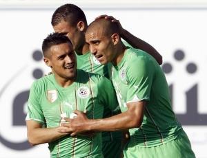 Karim Ziani (esq.) e Rafik Djebbour vibram com <BR>gol durante amistoso contra Emirados Árabes