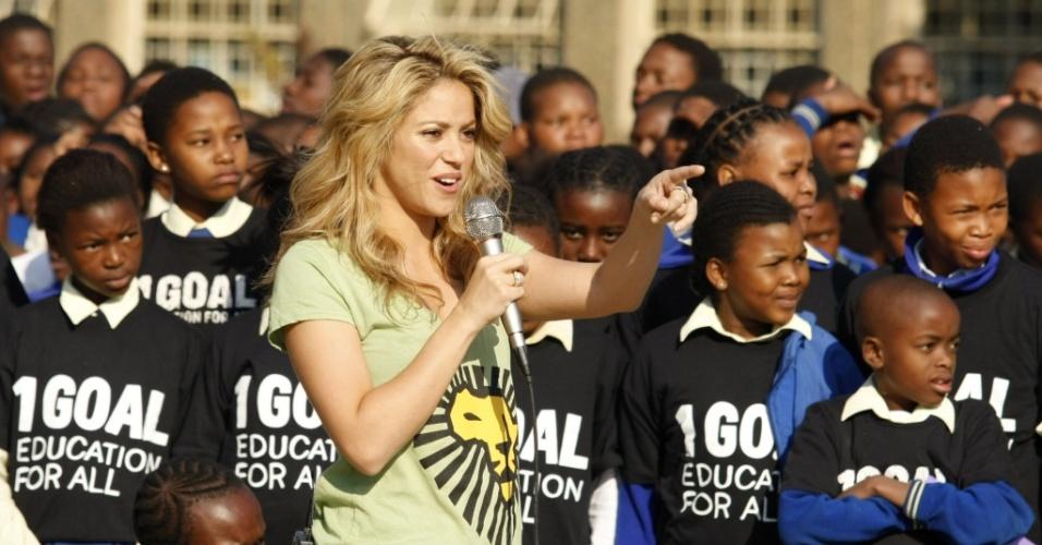 Shakira comparece a escola no bairro de Soweto