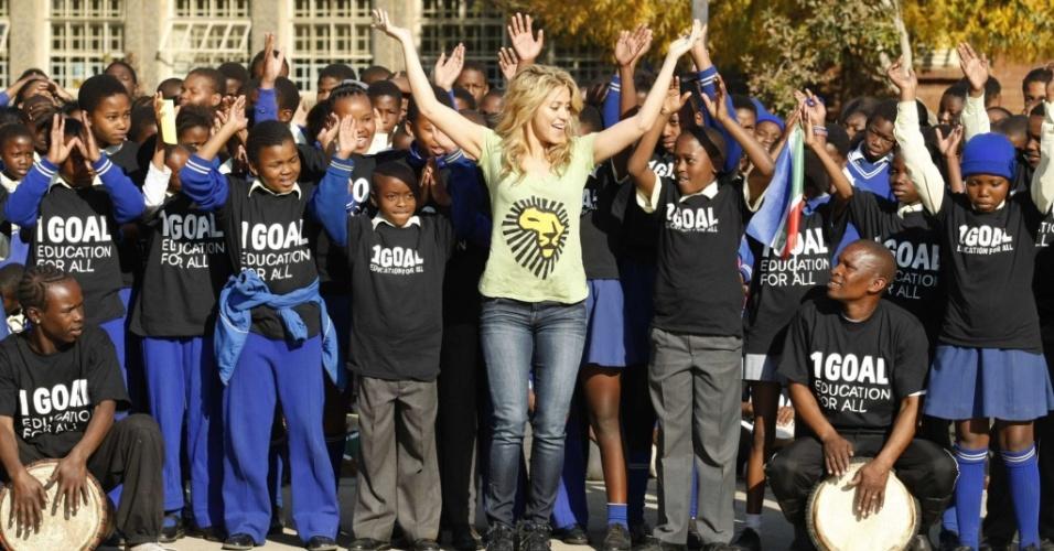 Shakira dança com crianças em Soweto durante campanha social na África do Sul