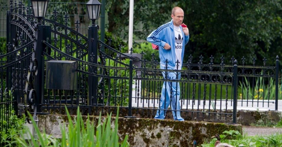 Arjen Robben chega à clínica onde faz fisioterapia na Holanda