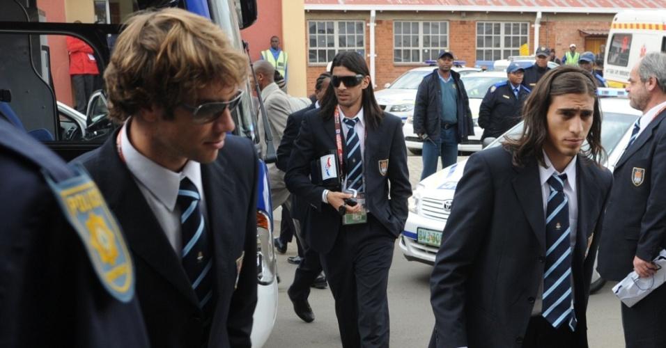 Diego Lugano e Loco Abreu embarcam para a Cidade do Cabo