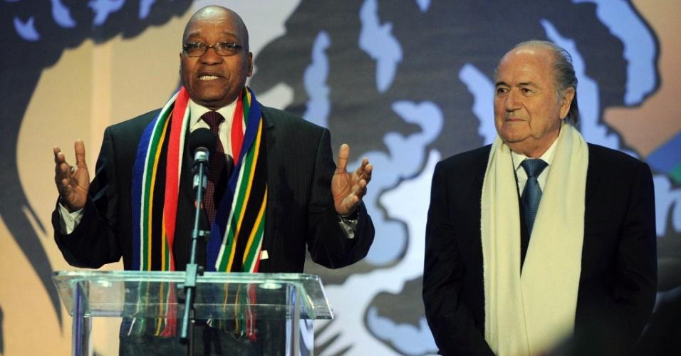 Jacob Zuma, presidente da África do Sul, discursa durante o show de abertura da Copa do Mundo ao lado do presidente da Fifa Joseph Blatter