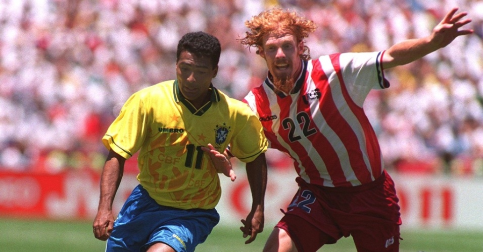 Romário e Lalas brigam pela bola em jogo entre Brasil e Estados Unidos, pela Copa de 1994