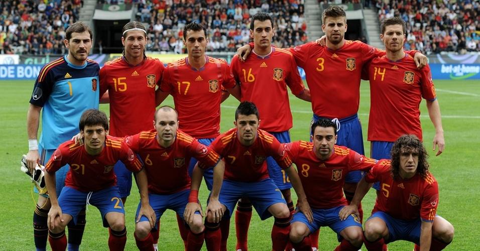 Seleção da Espanha se alinha para foto em amistoso de 2010, antes da Copa