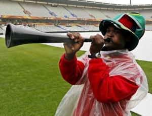 Africano toca vuvuzela no estádio de Bloemfontein