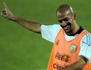 Verón sorri durante treino da Argentina em Pretória; para ele só amizade não é suficiente na Copa-2010