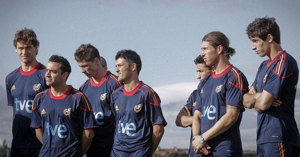 Xavi e companheiros de seleção espanhola no último treino antes da viagem à África