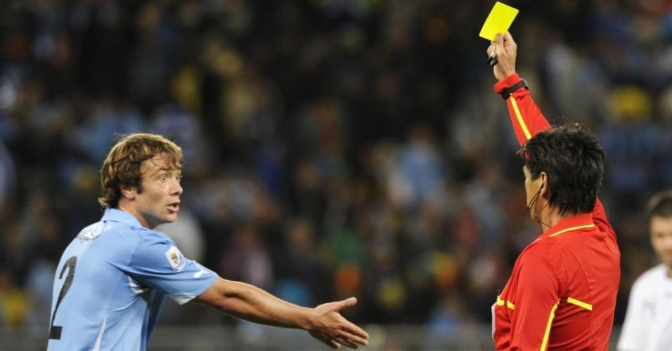 Diego Lugano recebe cartão amarelo no jogo do Uruguai contra a França
