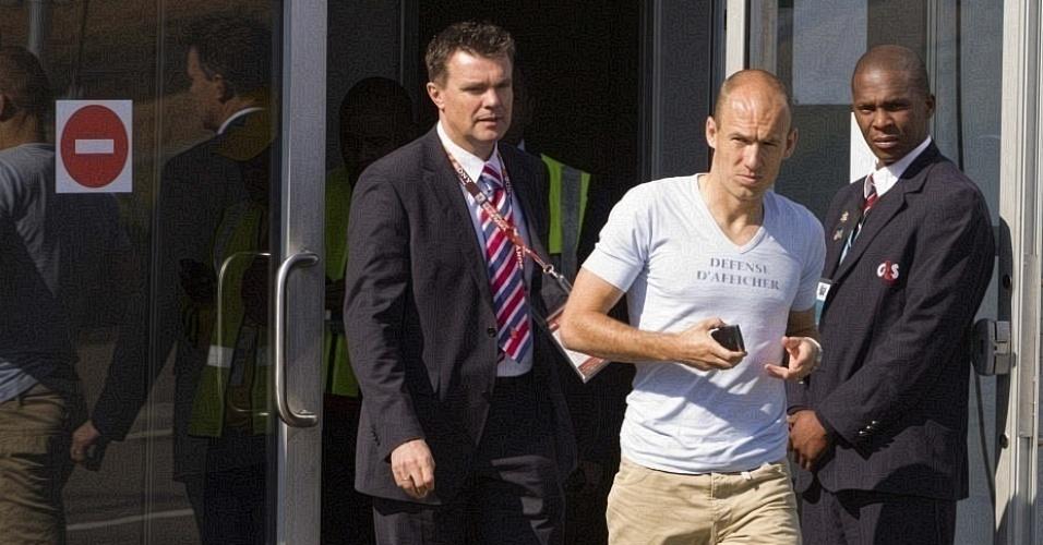 Robben deixa o aeroporto de Johanesburgo antes de entrar na viatura com destino ao hotel da Holanda