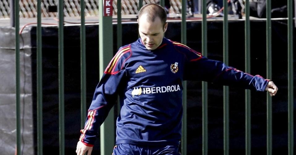 Iniesta chuta a bola em treino da Espanha para a Copa do Mundo
