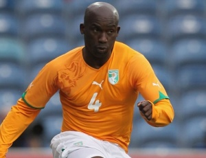 Kolo Touré em jogo da Costa do Marfim; defensor fica fora até setembro