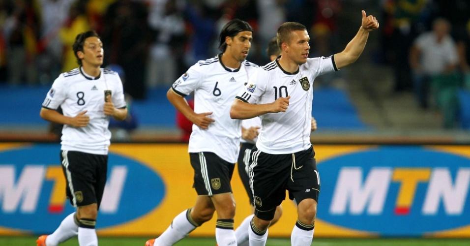 Lukas Podolski comemora com os companheiros o seu gol pela Alemanha contra a Austrália