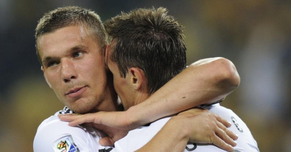 Podolski (e) e Klose (d) marcaram os dois primeiros gols da Alemanha contra a Austrália