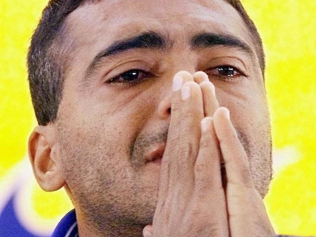Romário chora em coletiva de imprensa depois de ser cortado da seleção brasileira na Copa da França-1998